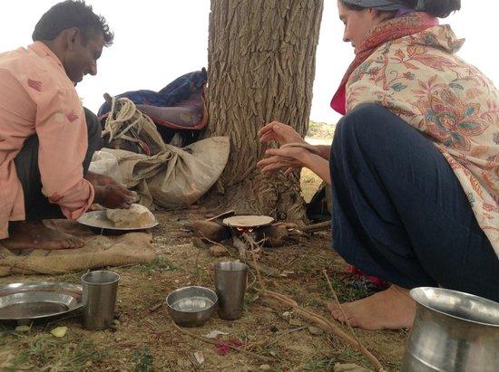 Desert Anna Safari Hotel & Camp: Making fresh chapati over the fire