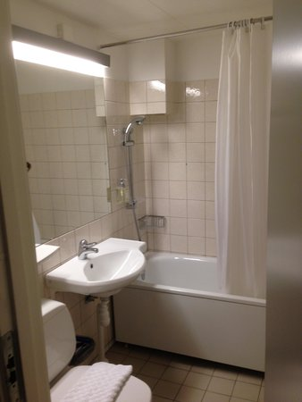 ProfilHotels Hotel Opera: Check out the shower - what a Joke