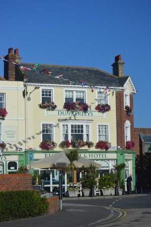 Dunkerley's Restaurant and Hotel: Front of hotel from the sea front