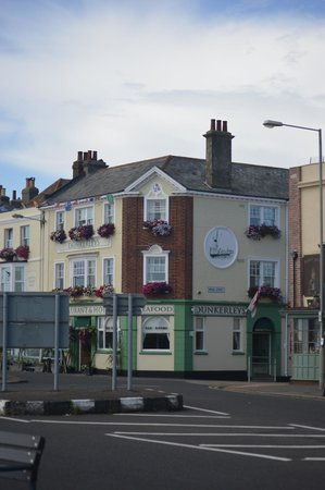 Dunkerley's Restaurant and Hotel: Our room was on the corner and overlooked the peir and the promenade