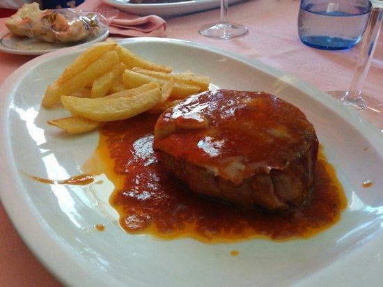 Meson  La Tasca: Saltimboca de ternera. Solomillo con jamón, queso, una salsa maravillosa y unas patatas bastón d