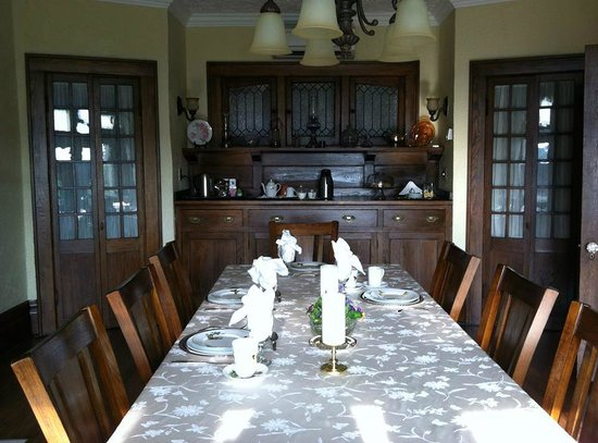 Greystone Manor Bed & Breakfast: The dining room: Beautifully restored to its original 1908 styling.