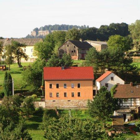 Hotel Rathener Hof: Blick auf Dorf und den Königstein