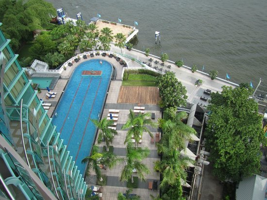 Chatrium Hotel Riverside Bangkok: View of the pool from our room