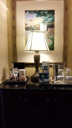The Ballantyne Hotel and Lodge: Coffee maker and mini bar