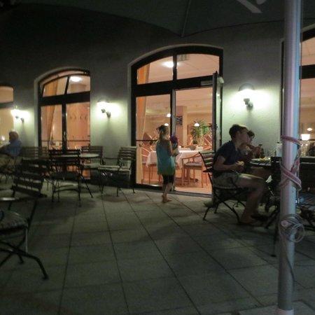Hotel Rathener Hof: Terrasse am Abend