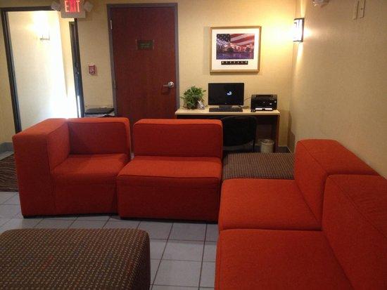 Comfort Inn University: Tiny lounge