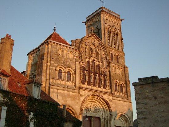 La Basilique Sainte Marie-Madeleine : Luz surpreendente valoriza mais o que já é belo.