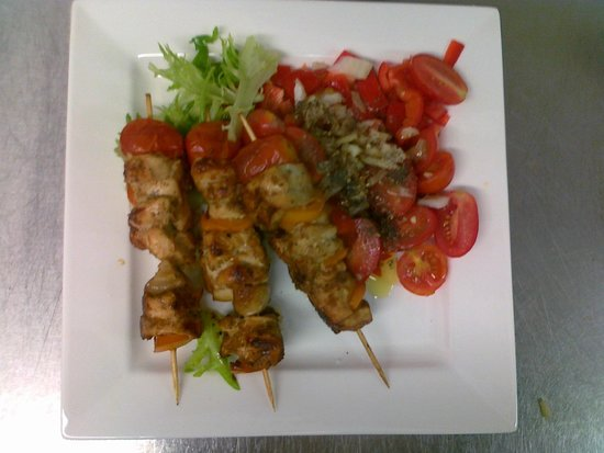 Cafe del Art: Spicy Chicken Mediterranean Kebabs with tomato, onion and basil side