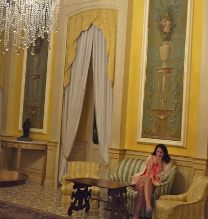 Imperial Hotel Tramontano : Lounge with high headrom very palatial