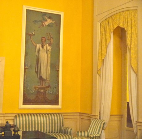Imperial Hotel Tramontano: Heavy drapes and decor was yellow and blues throughout