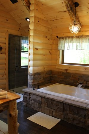Coblentz Country Cabins: Dogwood Log Cabin Jacuzzi and Walkin Shower