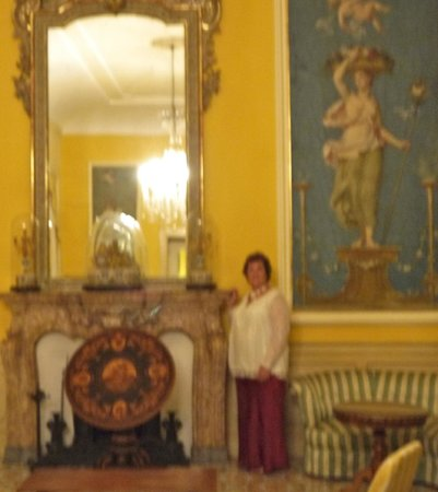 Imperial Hotel Tramontano: Fireplace and mirrored walls with lovely art work