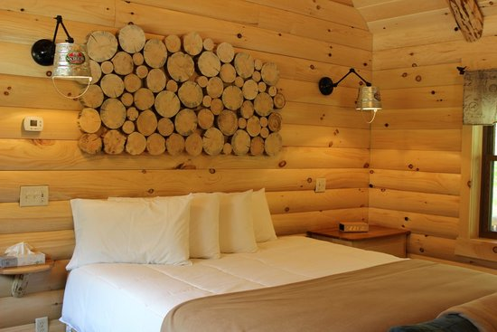 Coblentz Country Cabins: Dogwood Log Cabin-King Sized Bed