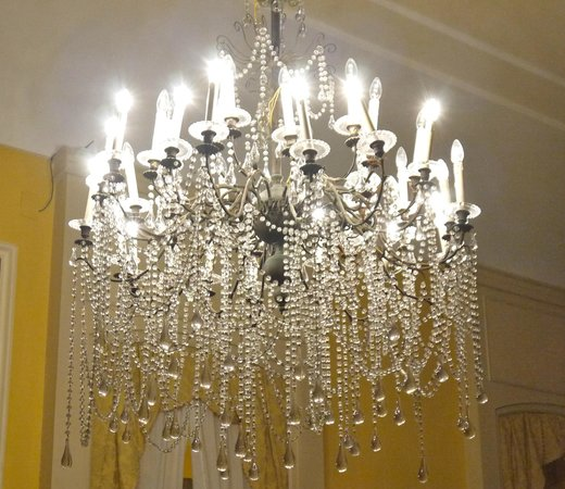 Imperial Hotel Tramontano: Well lit recpetion rooms, with chandeliers