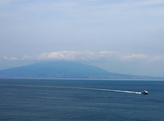 Imperial Hotel Tramontano: View of Vesuvius from breakfast area