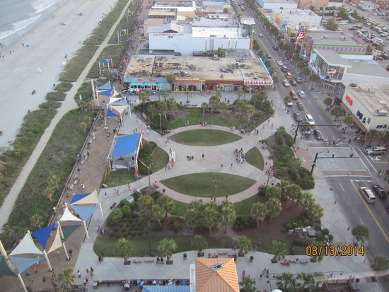 Myrtle Beach Boardwalk & Promenade: Plyler Park and the boardwalk to the left from the SkyWheel