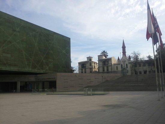 Museo de la Memoria y los Derechos Humanos: Vista desde el frontis.