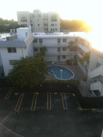 Residence Inn Miami Coconut Grove: View from the door to the hotel