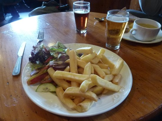 Gigha Hotel Restaurant & Bistro: salad and chips