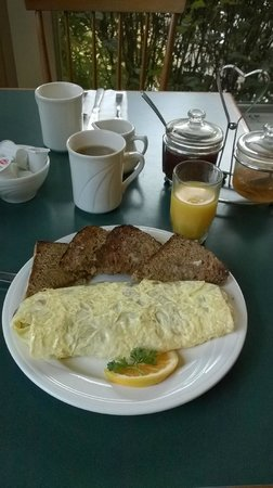 Colonial Cafe at the Golden Eagle Resort: The Mountaineer omelette