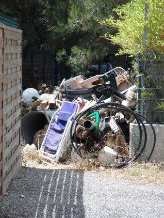 Martigues, France : Entrèe du Camping par dépôt d 'ordures