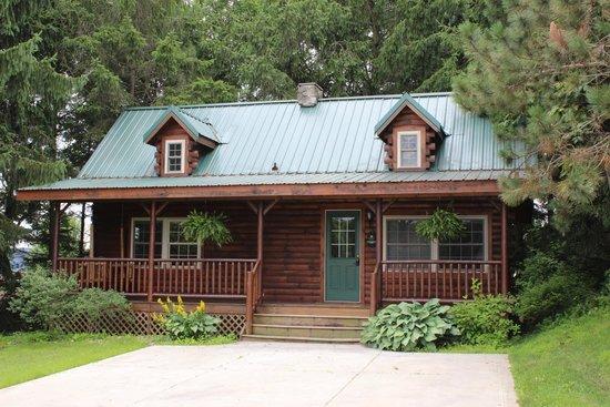 Pine Cove Lodging : Evergreen Log Cabin