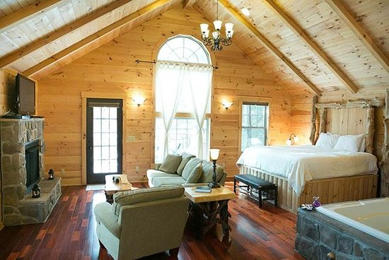 Pine Cove Lodging : Whispering Pines Treehouse