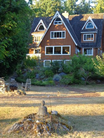 Green Cat Guest House and B&B: Sunset view of inn from orchard on grounds