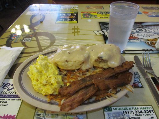 Branson Cafe: Biscuits & gravy with bacon & eggs, plus a side of hashbrowns