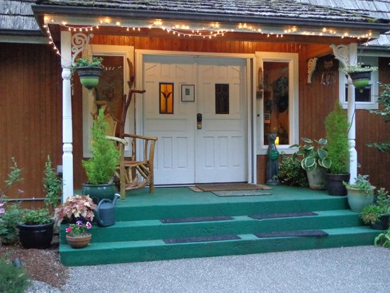 Green Cat Guest House and B&B: Front entryway at dusk