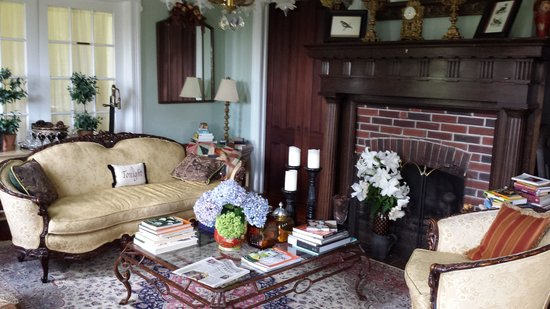 Shorecrest Bed & Breakfast: The Parlor