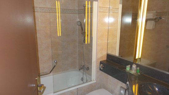 Holiday Inn Paris Montmartre : bathroom/shower