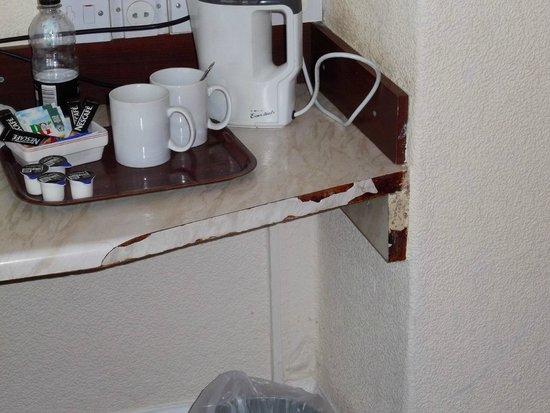 Delmont Hotel : Shelf in room