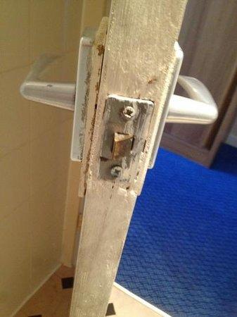 Thistle City Barbican, Shoreditch: bathroom door