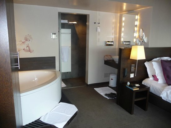 Hotel Harmony: View to bath and wet room