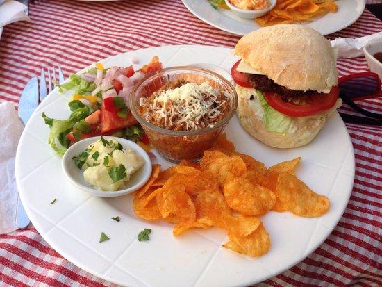 La Cantina: Chili cheese burger
