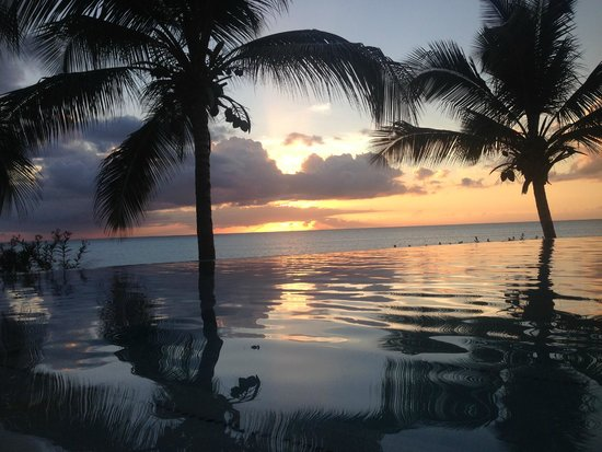 Cocobay Resort: Sunset by the side pool