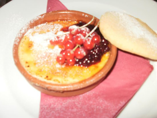 The White Hart: Creme Brûlée with fresh berries, Scrummy.