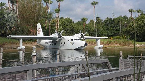 Loews Royal Pacific Resort at Universal Orlando: Vista del hidroavión desde el embarcadero del taxi-aquático