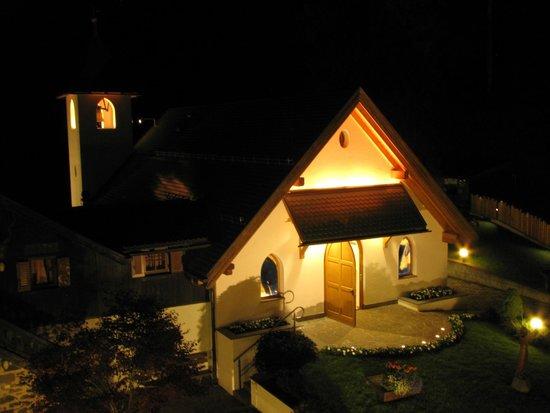 Hotel Villa Madonna: La chiesetta dall'hotel in notturna