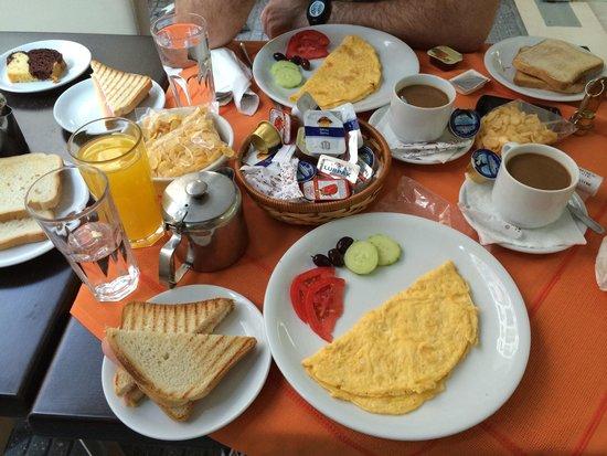 Faros 1 Hotel: Desayuno muy completo por 6€