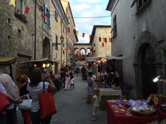Villafranca in Lunigiana, Italy: Ingresso Borgo di Filetto durante la festa medievale