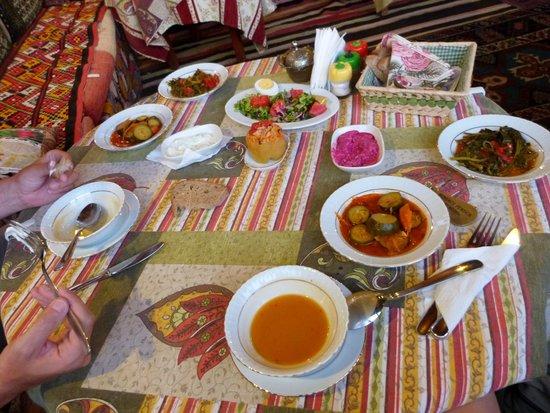 Homeros Pension & Guesthouse : Une partie du repas du soir (délicieux et très copieux)