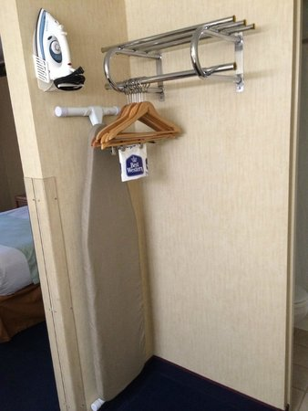 Travelodge Rapid City: Open closet