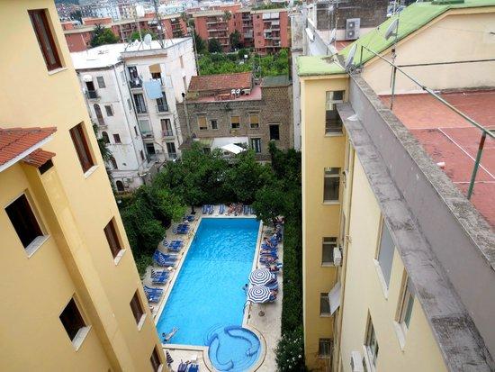 Grand Hotel De La Ville Sorrento: Looking down at lower pool