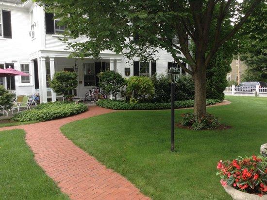 Captain Jefferds Inn : Side entrance