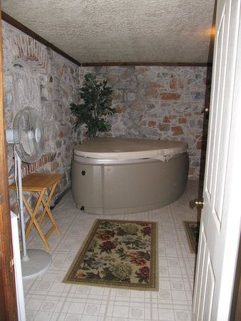 The Harlan House: full jacuzzi with jets to set at different levels/ Wine Cellar Room