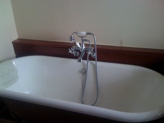 Oban Bay Hotel: Old fashioned bath (and a separate modern shower)
