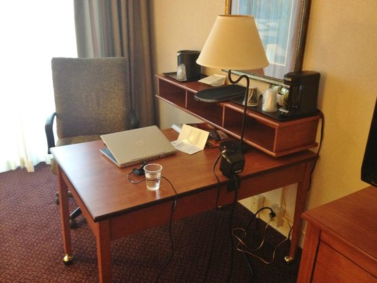 Holiday Inn Hotel & Suites Des Moines - Northwest: Executive Suite Work Space